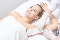Inceratura della gamba della donna Depilazione dello zucchero epilation di servizio del laser Procedura dell'estetista della cera fotografie stock libere da diritti