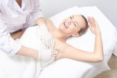 Inceratura della gamba della donna Depilazione dello zucchero epilation di servizio del laser Procedura dell'estetista della cera fotografia stock libera da diritti
