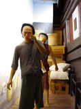 Inceri le coolie della scultura che si preoccupano le merci nel porto di Bangkok Immagine Stock Libera da Diritti