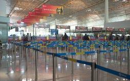Incheckning i inre av flygplatsen fotografering för bildbyråer