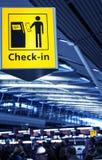 Incheckning på den Schiphol flygplatsen Arkivfoto