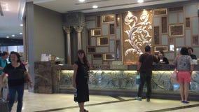 Incheckning på hotellet stock video