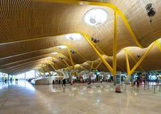 Incheckningkorridor av den Barajas flygplatsen Royaltyfri Foto