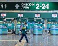 Incheckningområde i flygplatsen Arkivbilder