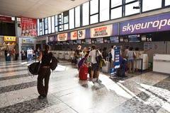Incheckningområde på Wien den internationella flygplatsen Arkivbild