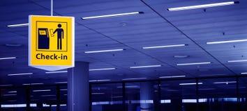 Incheckningtecken på flygplatsen Arkivfoton