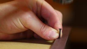 Inchiodamento della mobilia di legno stock footage