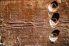 inchiodi la pittura spogliata sporca in porta di legno marrone e nel rosso arrugginito Fotografia Stock Libera da Diritti