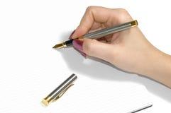 Inchiostri la penna nelle mani di un taccuino bianco immagine stock libera da diritti