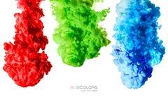 Inchiostri variopinti in acqua isolata su bianco Vernici la struttura Arcobaleno dei colori fotografia stock