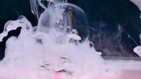 Inchiostro bianco in acqua con il fondo del globo della neve stock footage