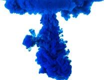 Inchiostro blu astratto della tintura nell'arte dell'acqua isolato su fondo bianco Fotografie Stock Libere da Diritti