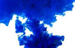 Inchiostro blu astratto della tintura nell'arte dell'acqua isolato su fondo bianco Fotografia Stock