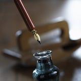 Inchiostro con la carta assorbente a penna ed inchiostro nel fondo Fotografie Stock