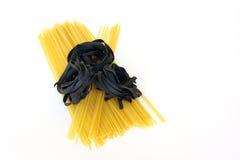 Inchiostro crudo della pasta, del linguine e del calamaro di fettucini Fotografia Stock