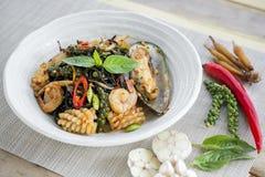 Inchiostro piccante in padella del nero degli spaghetti con i frutti di mare Immagine Stock