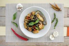 Inchiostro piccante in padella del nero degli spaghetti con i frutti di mare Fotografia Stock