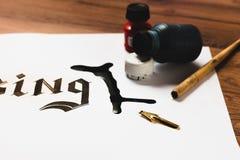 Inchiostro rovesciato su carta Errore di calligrafia immagine stock
