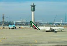 Inchon, Corea 31 de enero de 2016: Alitalia del aeroplano aterrizaba encendido Fotos de archivo libres de regalías