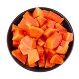 Incida i pezzi di frutta matura della papaia isolata su backgroun bianco fotografie stock