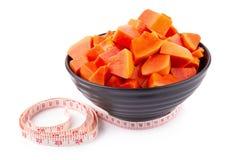 Incida i pezzi di frutta matura della papaia isolata su backgroun bianco fotografia stock libera da diritti