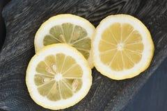 Incida il limone dei pezzi sul bordo di legno fotografia stock libera da diritti