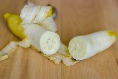 Incida la banana dei pezzi immagini stock libere da diritti