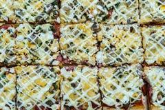 Incida la grande pizza casalinga dei pezzi con i funghi ed il prosciutto sopra corteggia immagini stock libere da diritti
