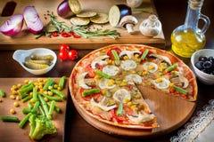 Incida la pizza fresca deliziosa delle fette con i funghi e il peppero Fotografia Stock