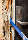Incida la porta con un bastone a leva fotografia stock libera da diritti