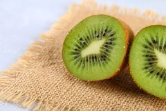 Incida le fette del kiwi su una tavola grigia Alimento sano fotografia stock
