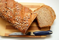 Incida le fette di pane nero, spruzzate con i semi di girasole, vista superiore Immagine Stock