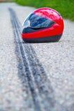 Incidente del motociclo. Contrassegno di pattino su traffico stradale immagine stock