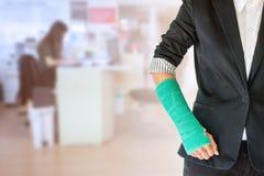 incidente della donna del lavoratore sul braccio con la colata verde del braccio sul busi vago fotografie stock