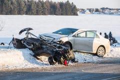 Incidente di gatto delle nevi, capovolgimento dello skidoo su neve immagini stock libere da diritti