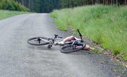 Incidente di schianto della bicicletta di ferita della ragazza Immagine Stock
