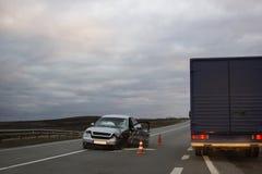 Incidente di incidente stradale sulla strada di notte fotografia stock