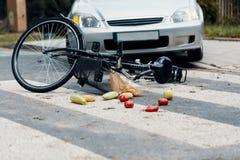Incidente di traffico mortale fra l'automobile e la bicicletta su un pedone c fotografie stock