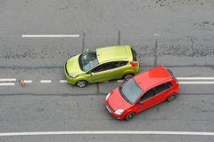 Incidente stradale: automobile verde e rossa Fotografie Stock