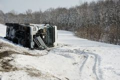Incidente stradale del camion del trasporto di inverno Fotografia Stock Libera da Diritti