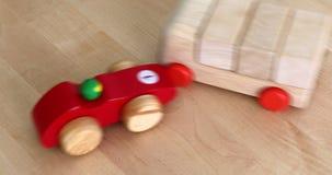 Incidente stradale del giocattolo - incidente stradale simbolico con le automobili di legno del giocattolo archivi video