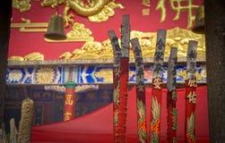 Inciense ardiente fuera del monasterio de Buddhas de los diez milésimos, Hong-Kong Imagen de archivo