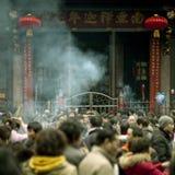 Incienso ardiente de la gente en templete Fotografía de archivo