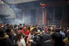 Incienso ardiente de la gente en templo Fotografía de archivo