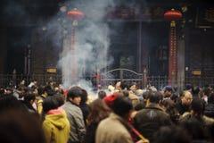Incienso ardiente de la gente en templo Imagenes de archivo