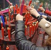 Incienso ardiente de la gente sobre el altar del incienso Imágenes de archivo libres de regalías