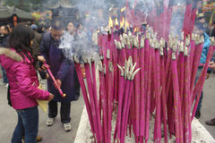 Incienso ardiente de la gente sobre el altar del incienso Fotos de archivo