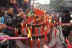 Incienso ardiente de la gente sobre el altar del incienso Fotos de archivo libres de regalías