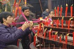 Incienso ardiente de la gente sobre el altar del incienso Fotografía de archivo libre de regalías