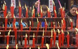 Incienso ardiente de la gente sobre el altar del incienso Foto de archivo